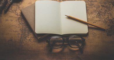 Photo carnet, lunettes et crayon