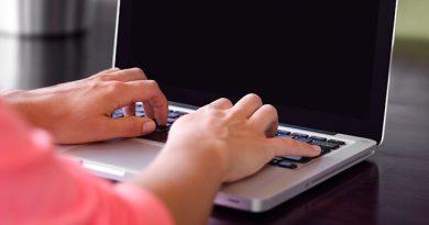 Jeune femme travaillant sur PC portable