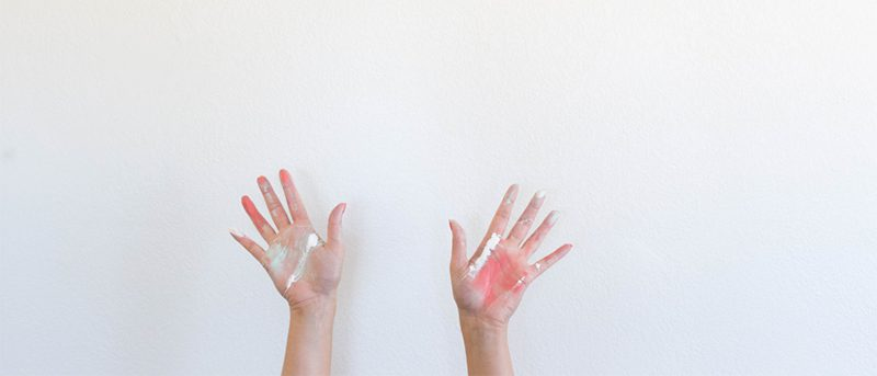 Mains couvertes de craies