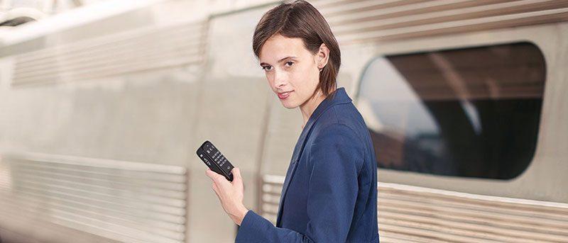 Photo en situation du lecteur Daisy et GPS parlant accessible aux aveugles Victor Reader trek