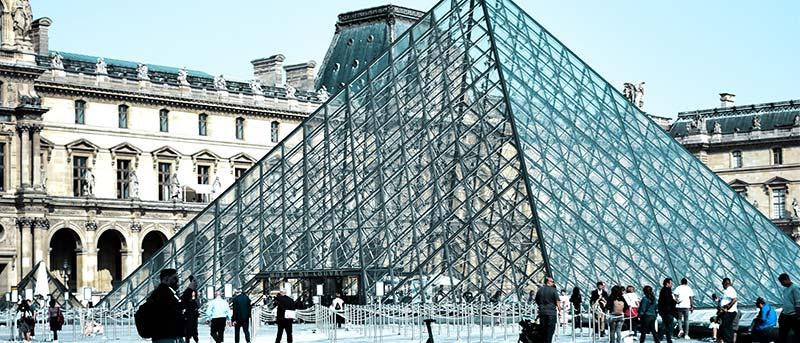 Photo de la pyramide du musée du Louvres